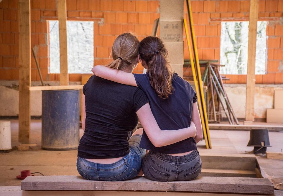dvě ženy na stavbě domu