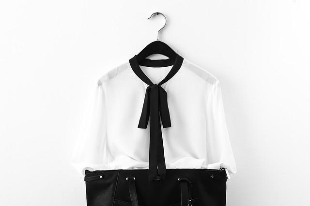 černobílý oblek