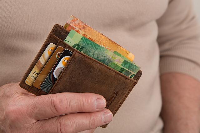 peníze a kreditky v peněžence