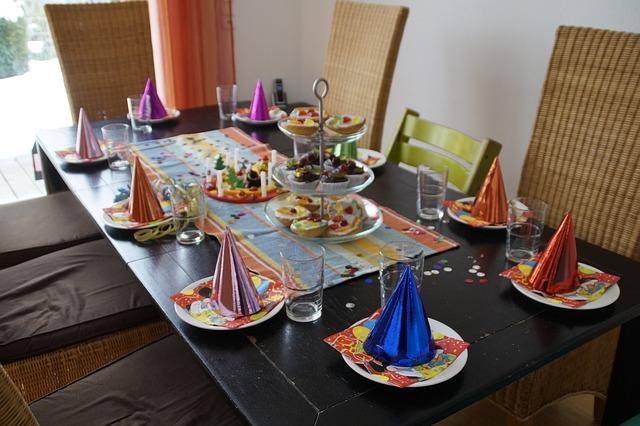 prostřený stůl na party