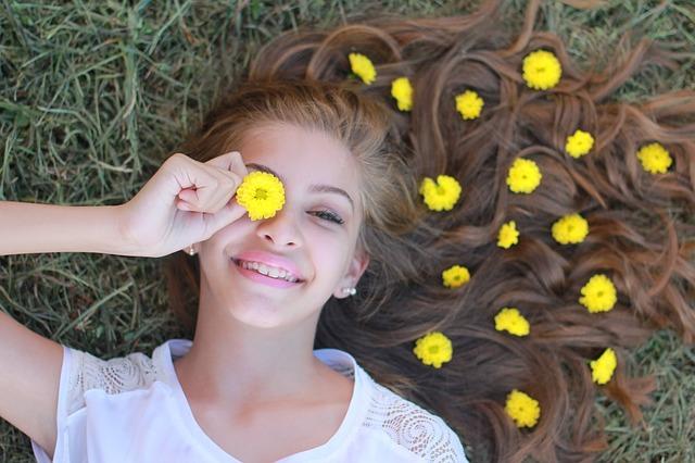 květy ve vlasech