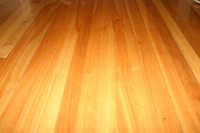 podlaha z dřevěných palubek