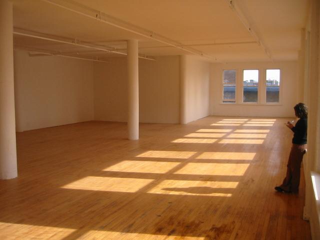 místnost s podlahovými palubkami