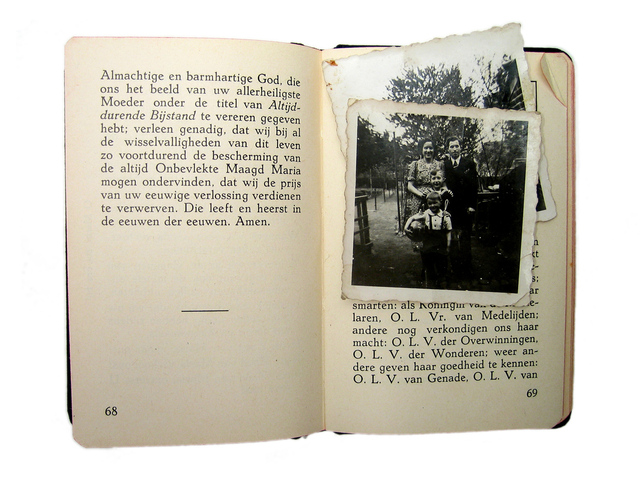 stará kniha s fotkami a popisem