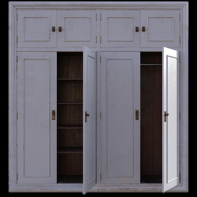otevřené dveře skříně