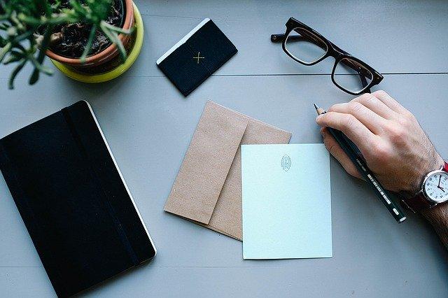 muž píšící dopis
