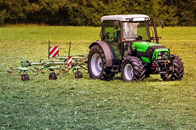 traktor – jedno z klasických tažných zařízení