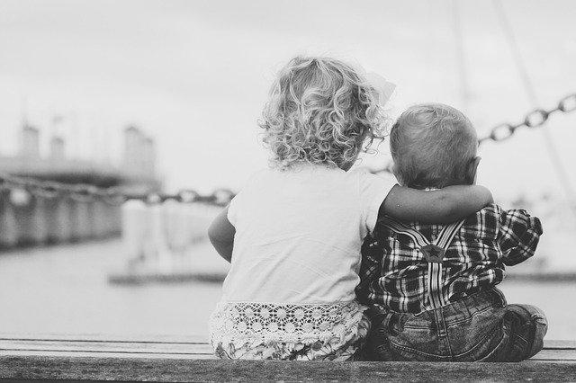 dvě děti držící se za ruce