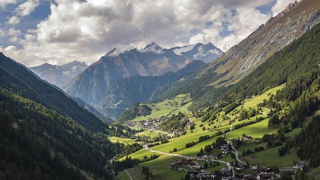 hory, kopce, vesnička, zelné louky, mraky bílé